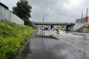 В Петербурге прошел ливень. Конечно же, улицы по всему городу затопило, а машины «плыли» по дорогам