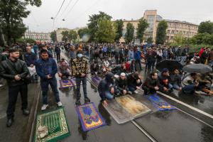 Как в Петербурге празднуют Курбан-байрам во время пандемии — одно фото. Сотни мусульман пришли помолиться к мечети в дождь