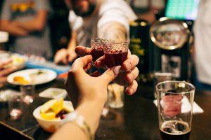 «Достаточно просто исключить из меню алкоголь» — такой совет петербургским барам дал помощник автора законопроекта о «наливайках». Вот интервью с ним