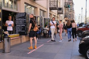 На Рубинштейна постоянно проходят уличные вечеринки, где веселятся сотни людей. Местные жители жалуются на шум, а полиция устраивает рейды