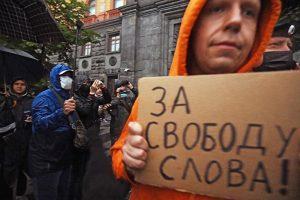 Ивана Сафронова обвиняют в госизмене — это уже четвертое дело против журналистов за неделю. Как на это реагируют СМИ, общественные деятели и власть