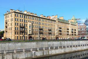 Петербурженка планировала отреставрировать деревянную башню в доме на Лиговском — но отказалась от идеи из-за разногласий с соседями. Вот ее история