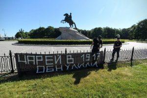 Петербургский суд назначил активисту 50 часов обязательных работ за баннер «Царей в 1917 году обнулили»