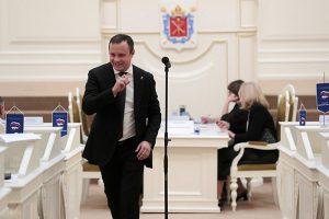Кто такой депутат Четырбок, чуть не закрывший маленькие бары в Петербурге, и почему он уже три года борется с «наливайками»
