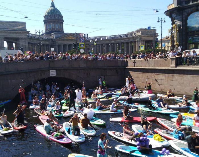 Картинка балу плывет по реке