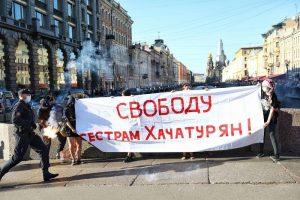 На Невском задержали участниц акции в поддержку сестер Хачатурян. Они растянули баннер и зажгли фаер
