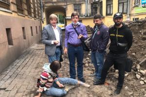 Во дворе дома на Римского-Корсакова частично демонтировали историческое мощение. Протестующих активистов оттеснили силой