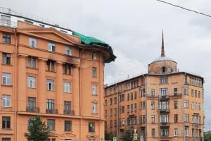С крыши дома Чубакова на набережной Карповки сняли угловую башню. Ее отремонтируют