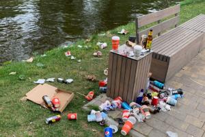 Новое пространство на Карповке завалено мусором, жалуются петербуржцы. В администрации говорят, что там убирают каждый день