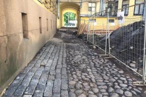 Историческое мощение на Римского-Корсакова демонтируют: ему не дали охранный статус. Активисты сами расчистили брусчатку и пытались остановить работы