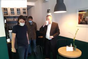 Беглов посетил петербургский бар Spontan, попадающий под закон о «наливайках». Губернатор выпил там соку и пригласил владельца на встречу в Смольном