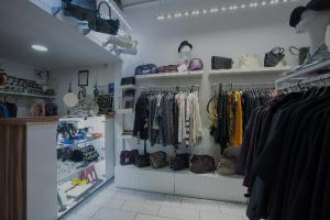 Где в Петербурге купить подержанную брендовую одежду? Гид по комиссионным бутикам от канала «Ничего нового»