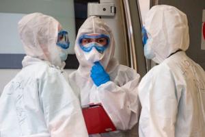В Петербурге минимум 833 медработника с коронавирусом не получили президентские выплаты, пишет «Фонтанка»
