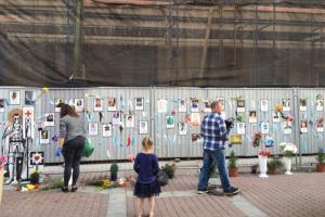 «Стене памяти» с именами погибших медиков — 100 дней. Петербуржцы пришли к мемориалу на Малой Садовой с цветами