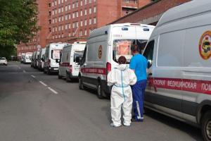 У Покровской больницы снова заметили очередь из машин скорой помощи. Власти говорят, что роста госпитализации нет