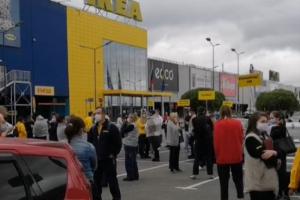 Посетителей «Мега Парнас» эвакуируют, сообщили очевидцы. У ТЦ образовалась пробка