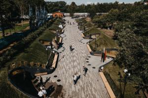 Как выглядит исторический парк «Остров фортов» в Кронштадте с качелями на берегу залива, прудом и фудтраками — посетители сравнивают его с «Новой Голландией»