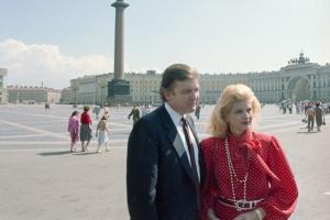 Трамп приехал в Ленинград и сфотографировался на Дворцовой площади и в Петергофе. Да, это было возможно в 1987 году!