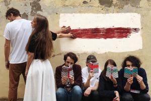 Как Петербург ежедневно поддерживает протестующих в Беларуси: пикеты, цветы, песни и стрит-арт