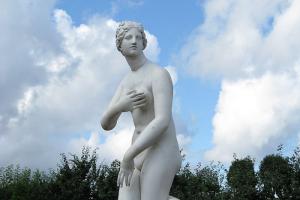 В Петергофе отреставрировали статую Венеры, которой отломали четыре пальца