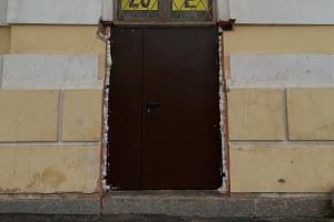 Дверь в квартиру архитектора Герасимова заменили на деревянную. Ранее из-за металлической двери возбудили дело о повреждении памятника