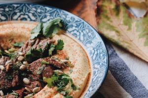 Шесть блюд от петербургских ресторанов, которые можно приготовить дома. От тыквенного супа и хумуса до суширитто и мисо-карамели