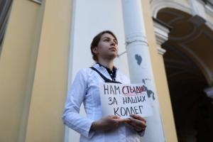 Петербургские врачи пришли на акцию в поддержку Алексея Навального — с обращениями к омским коллегам. Три фотографии