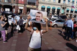 Более 150 человек собрались у Гостиного двора на акции в поддержку Навального, Беларуси и Хабаровска