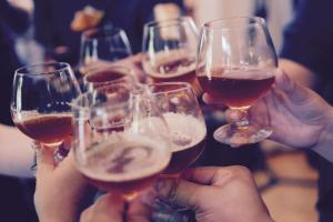 В центре Петербурга могут разрешить работу баров площадью более 20 квадратных метров, сообщила рабочая группа по «закону о наливайках»