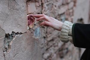 Петербурженка создает керамические уши и размещает их на стенах домов. Почему она запустила проект и что он значит
