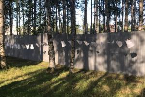 «Отписок наберется метров на сто»: активисты развесили у забора ответы Смольного о ситуации с Муринским парком, который пытаются защитить от застройки