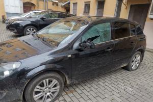 В Петербурге неизвестные разбили машину журналиста Давида Френкеля. Накануне СК отказался возбудить дело против полицейского, сломавшего ему руку