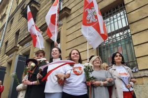 В Петербурге провели акцию в поддержку женского марша в Минске. Там люди вышли на улицы из-за пострадавших во время протестов