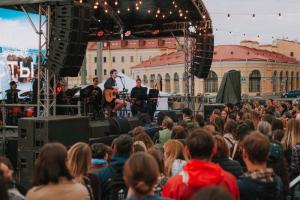 ZOLOTO, Антоха МС и сотни зрителей — как в Петербурге проходит фестиваль «Ленинградские мосты»