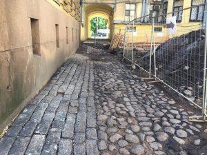 КГИОП одобрил демонтаж исторического мощения во дворе дома на Римского-Корсакова. Активисты требовали присвоить ему охранный статус