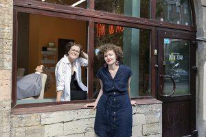 Создательница блога «Так и ходи» открыла в Петербурге салон для кудрявых. Она рассказывает, как ухаживать за вьющимися волосами и каково запускать проект в пандемию