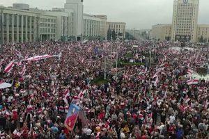 В Минске на акцию протеста вышли около 150 тысяч человек. Демонстранты попытались дойти до президентской резиденции