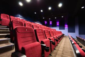 В Петербурге разрешили работу фуд-кортов, кинотеатров и островных павильонов в ТЦ