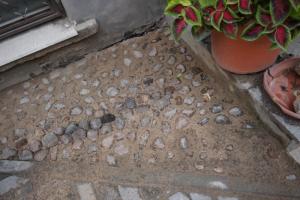 Во дворе дома Семенова восстановили два фрагмента исторического мощения. Летом активисты пытались остановить его демонтаж
