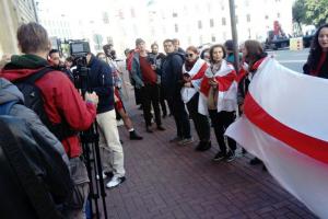 У посольства Беларуси прошла акция в поддержку протестующих в республике. Собравшиеся пели песни и раздавали ягоды