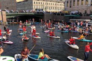 В Петербурге прошло закрытие водного сезона у сап-серферов. Посмотрите, как это было
