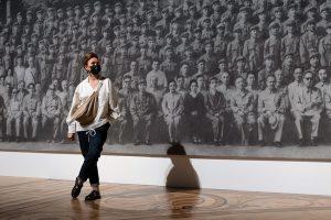 В Петербурге — выставка Чжаня Хуаня. Осмотрите 37,5-метровый портрет из пепла и работы по мотивам эрмитажной коллекции