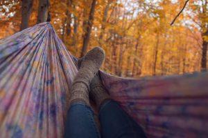 Как одеваться в Петербурге осенью, чтобы не замерзнуть и не промокнуть? Вот пять вещей  — от веллингтонов до бадлона