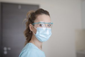Путин предложил продлить выплаты для работающих с коронавирусом медиков до октября