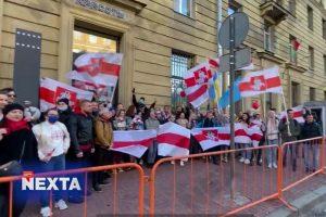 У белорусского посольства в Петербурге прошла акция солидарности «Драник-пати»