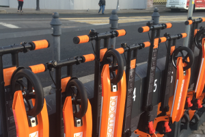 Минтранс подготовил поправки в ПДД. Они запрещают пользоваться электросамокатами и скейтбордами в пьяном виде и ограничивают скорость их движения