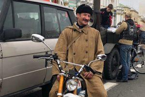 Это петербургский двойник почтальона Печкина. Он ездит на байке в образе персонажа и ведет паблик «Пеchkin style»