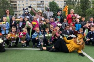 Как прошло 1 сентября в Петербурге: родители за забором школы, поздравление с МКС и маски