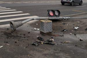 В Петербурге штормовой ветер сносит деревья, светофоры и биотуалеты. Набережную Смоленки затопило