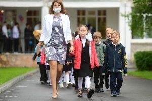 Школы в Петербурге не переводят на дистанционное обучение, несмотря на рост заболеваемости COVID-19. Как работают противовирусные меры и что о них думают родители и учителя